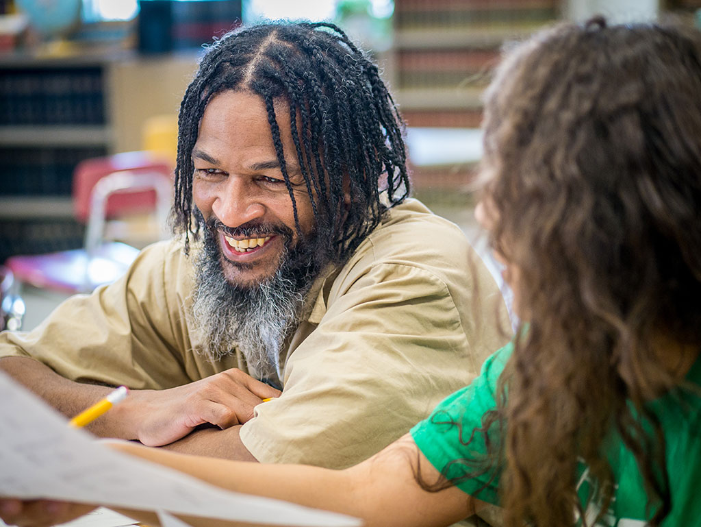 Inmate David Valdez-Martinez works with tutor Koedi Shakir on science.