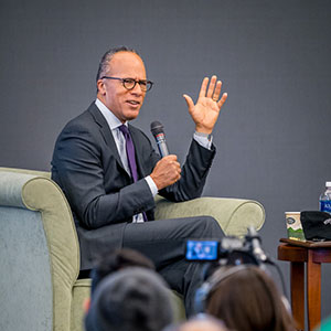 Photo of Lester Holt talking to students during his campus visit.