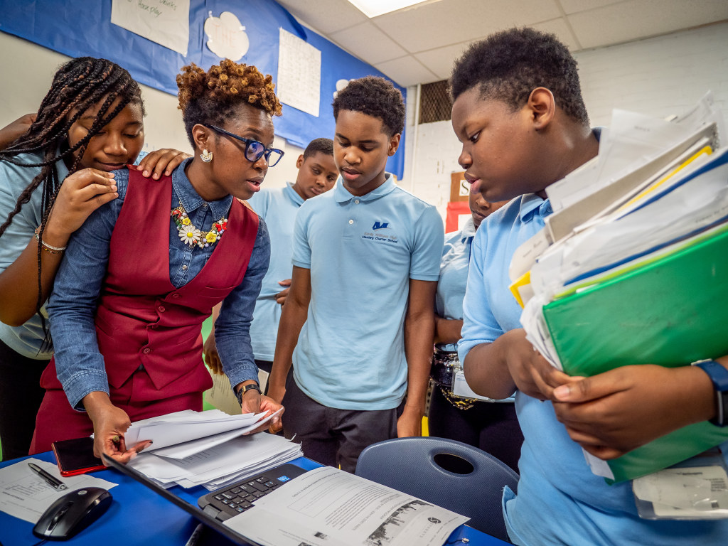 Alumna Shyquira Williams '09 works with students in Philadelphia.