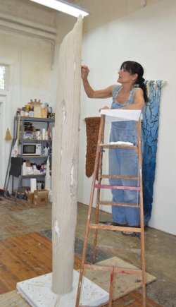 Nora Chavoosian painting a column