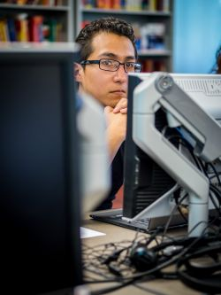 Image of a student and computer monitors in a Spanish translation course.